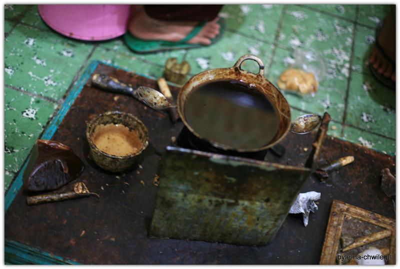 Proste narzędzia imateriały niezbędne dotworzenia batiku.