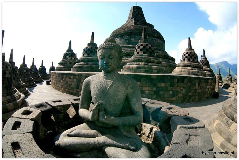 W każdym dzwonie widocznym ztyłu znajduje się posąg małego buddy.