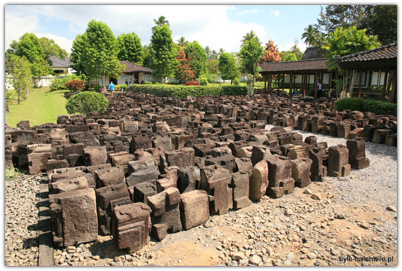Wiele kamieni czeka napowrót doświątyni