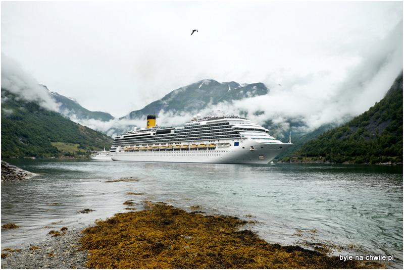 Geirangerfjord, pogoda lekko chłodzi zapędy podziwiania widoków zwyższej perspektywy.